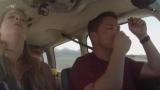 Пилот спасает семью при посадке самолета во время аварийной ситуации в полете