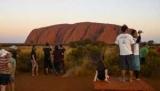 'Стрельба себе в ногу': туристов вопрос Улуру запретить лезть