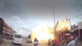 'Он просто пошел бум': ужасный момент, когда турист попал в бензиновый взрыва станции